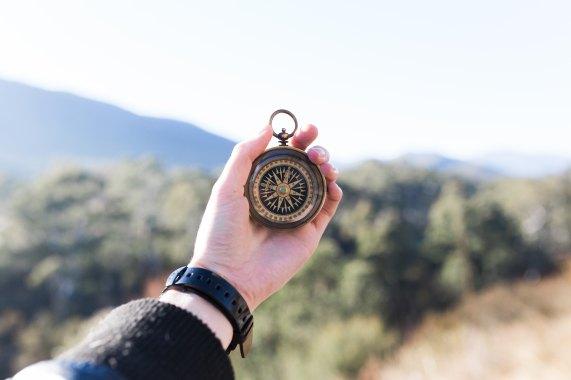 kompas w ręku